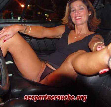 Hobbyhure lässt sich im Auto ficken